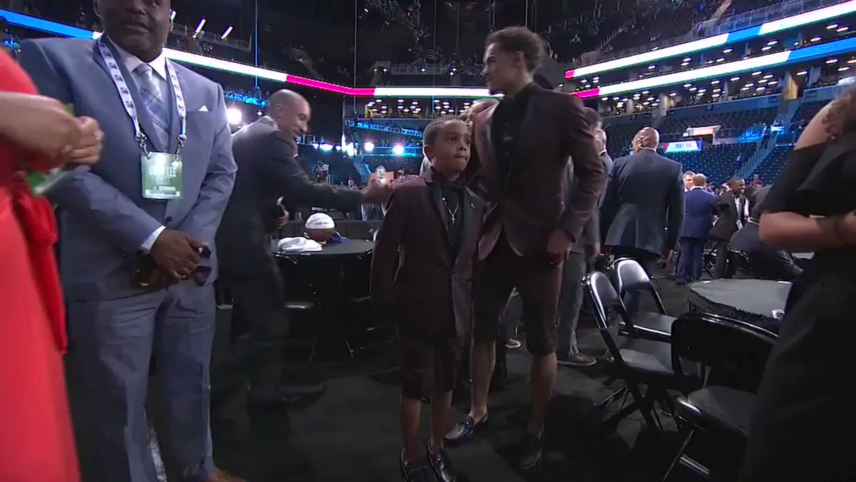 Trae Young and his younger brother, Timothy, sporting their matching suits! #NBADraft https://t.co/t3xt0ccQVJ
