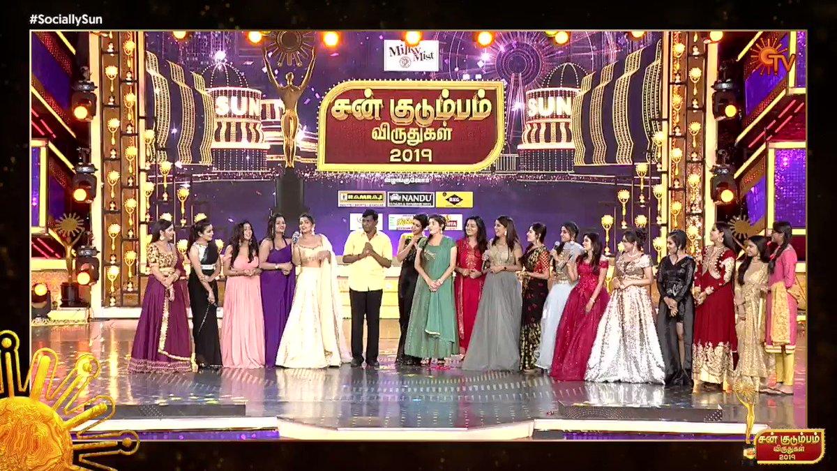 வந்துட்டாருய்யா, வந்துட்டாருய்யா....   அழகிய நாயகிகளுடன்  வைகைப்புயல் வடிவேலு பங்கேற்ற அழகான நிமிடங்கள். சன் குடும்பம் விருதுகள் வரும் ஞாயிறு மாலை 6.30 மணிக்கு உங்கள் #SunTV-யில் காணத்தவறாதீர்கள்.  #SunKudumbaVirudhugal #SunKudumbaVirudhugal2019  #SunTV #SociallySun