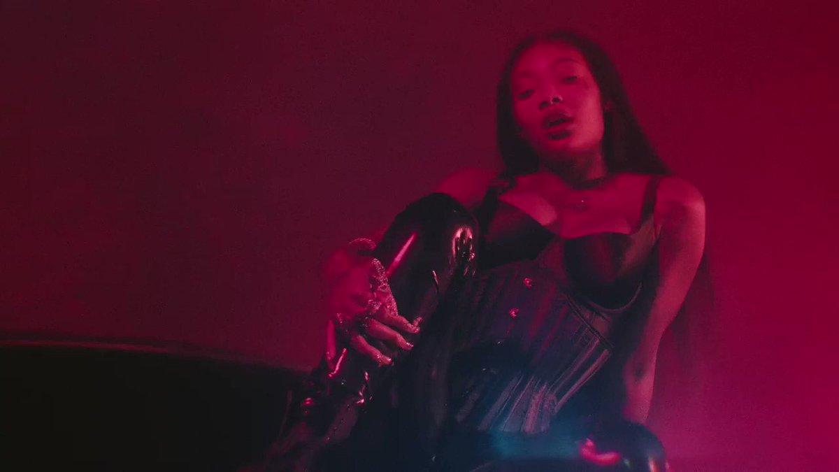 💕 @IAMSUMMERWALKER & @Usher share new visuals for their collab 'Come Thru.'   Watch: