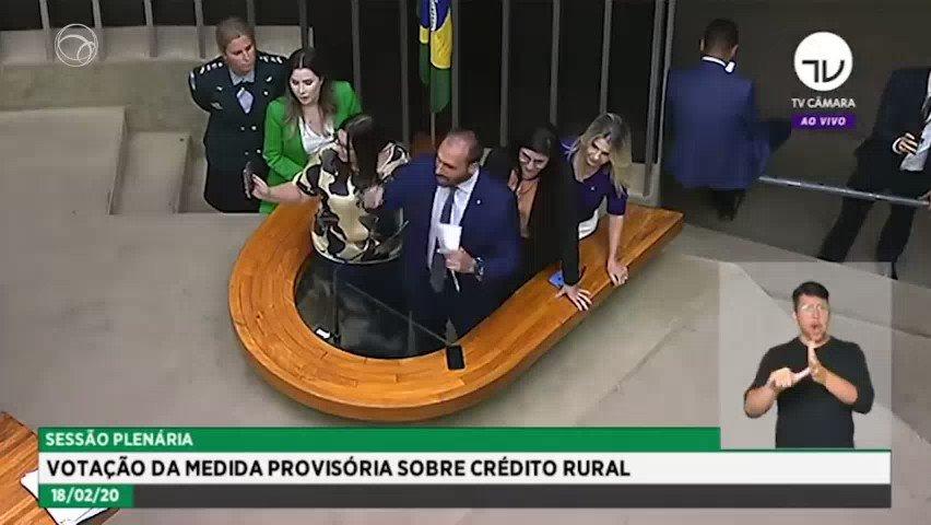 """Deputado Eduardo Bolsonaro responde a ato de repudio de deputadas na Câmara com """"banana"""" e as manda """"rasparem o sovaco"""""""