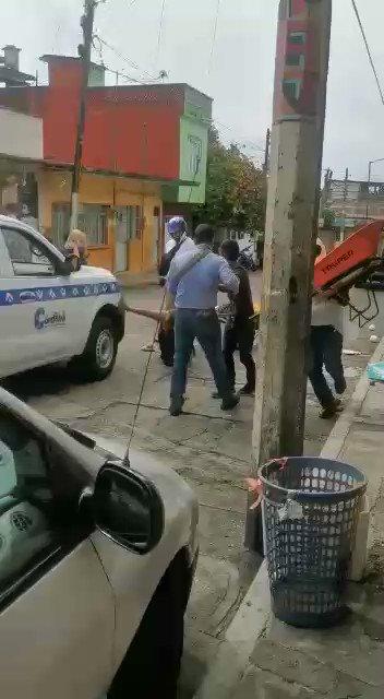 #Video 📹Los funcionarios del Ayuntamiento de Córdoba tiraron cocos y se llevaron una de las dos carretillas con que una madre y su hijo vendían productos para subsistir en plena pandemia