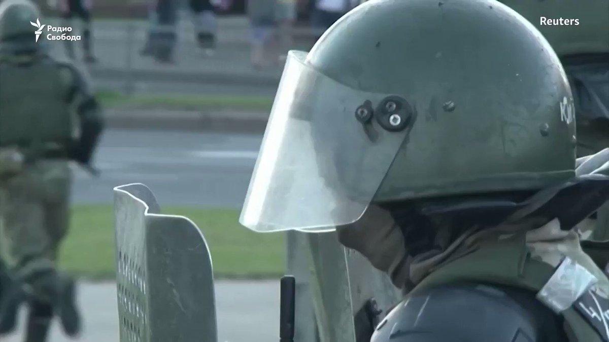 Так действуют войска МВД и ОМОН в Минске. И так с ними говорят люди. Следите за нашей трансляцией -