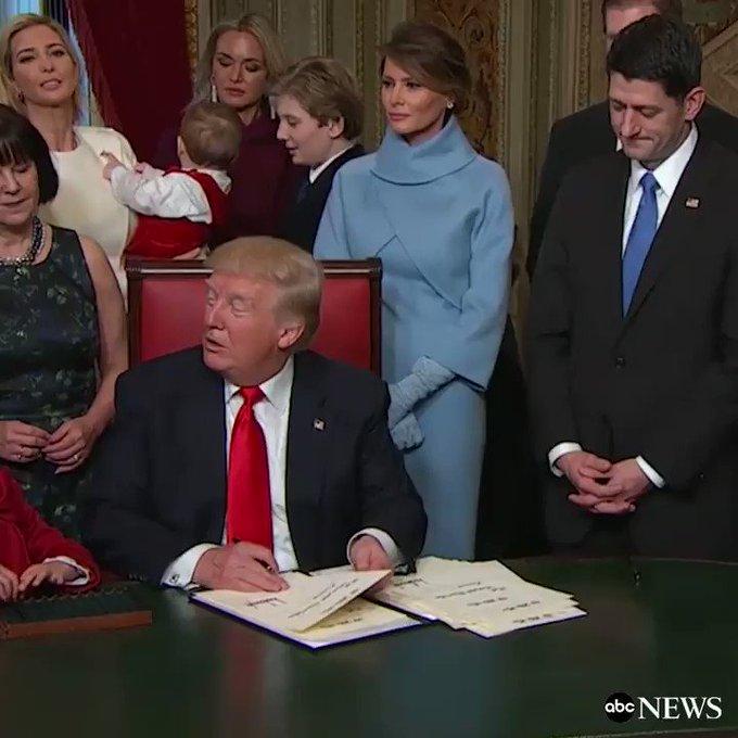 厳粛な雰囲気で署名を行う大統領の後ろで、子供を「いない いない ばあっ!」であやす、相変わらず空気を読むのが下手なバロン君の様子 https://t.co/W7aBN6HeYL https://t.co/u5uyV0woyi