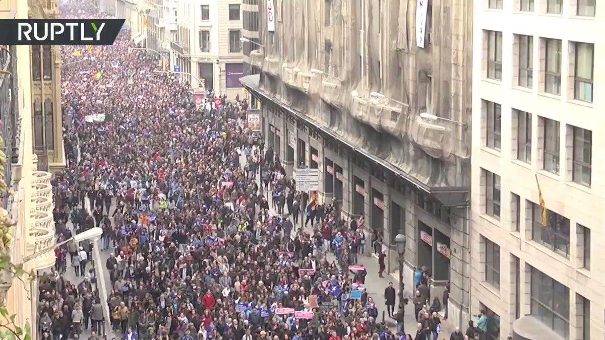 """160 tisíc lidí demonstrovalo v Barceloně: """"Už žádné výmluvy, přivítejme imigranty hned!"""""""
