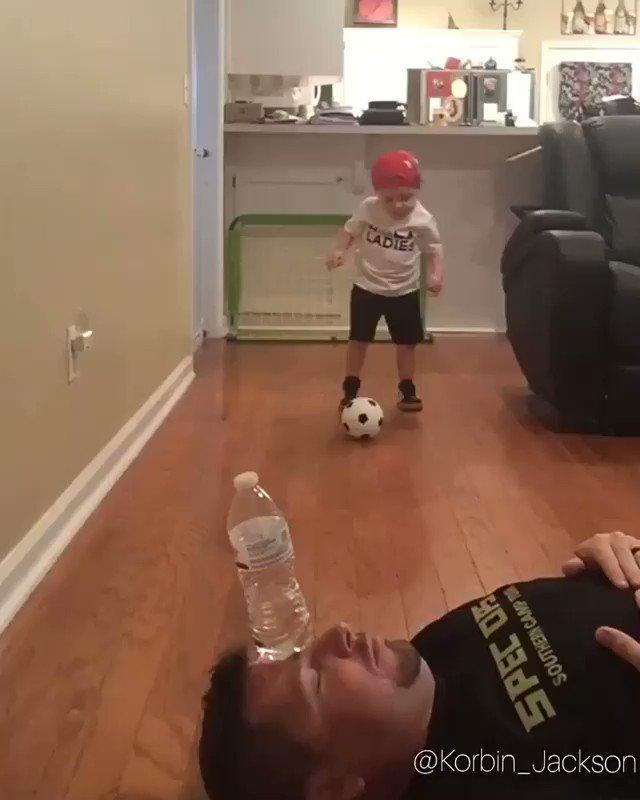 Mais uma do fenômeno mirim Korbin Jackson. Olha o que o menino de apenas 2 anos faz com o pai! #GiroDaRodada