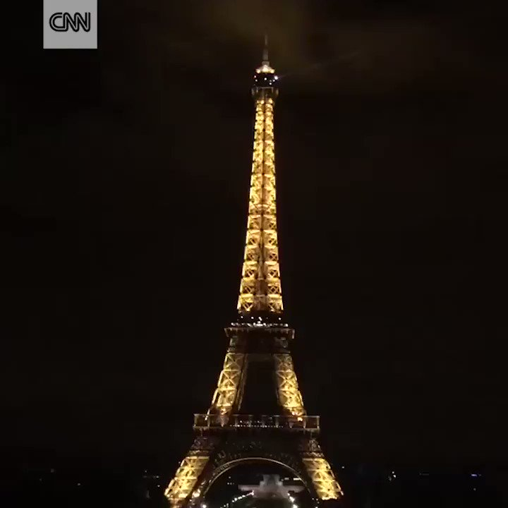 The Eiffel Tower in Paris goes dark in honor of the victims of the #Barcelona attack https://t.co/7Phy6jEHNP https://t.co/zOdOGxQ47y