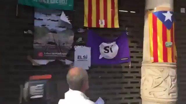 """Un ciudadano retira carteles independentistas en Barcelona """"Es mi deber cívico"""""""