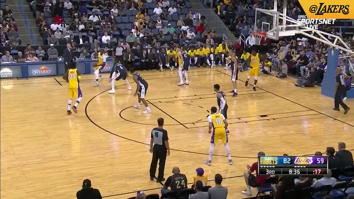 Julius Randle with a huge rim-rocker over Plumlee! #Lakeshow (��: @SpectrumSN, @spectdeportes, & NBA TV) https://t.co/N2PgXHnVLc