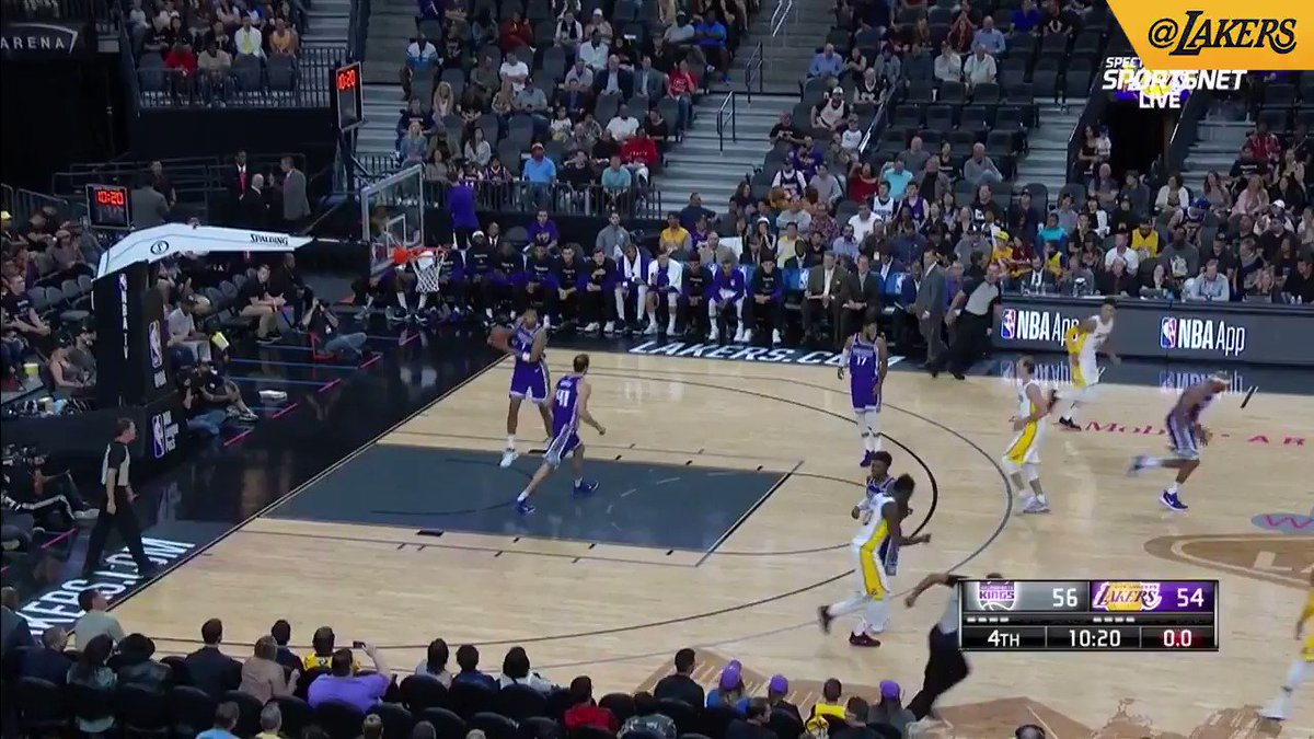 AC with the heads up play, finds Kuz for the slam. #LakeShow  (��: @SpectrumSN / @spectdeportes / ESPN) https://t.co/1p38FnfHyP