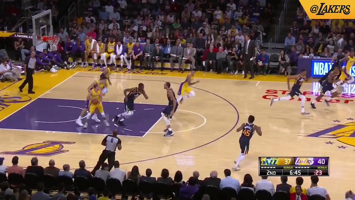 Kuzma with the footwork �� #LakeShow (��: @SpectrumSN, @spectdeportes, & ESPN) https://t.co/lVP3lGRGbA