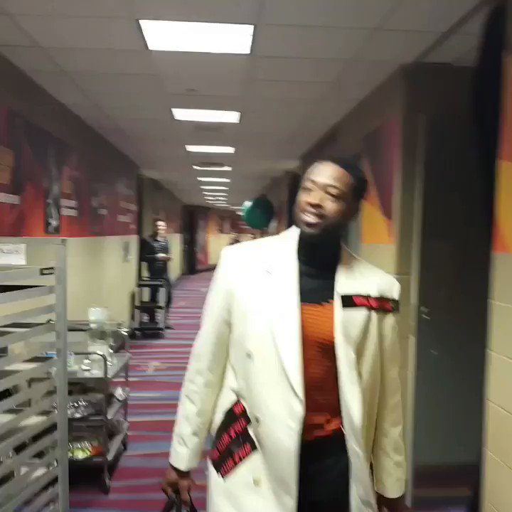 Dwyane Wade arrives for his first game with the @Cavs! #KiaTipOff17 @NBAonTNT https://t.co/ZISYoAVdkp