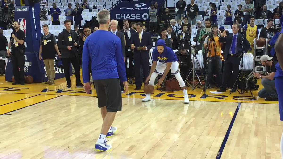 Steph Curry warms up the handle for tonight's @warriors season-opener... next on TNT! #DubNation #KiaTipOff17 https://t.co/sA74pHymsf