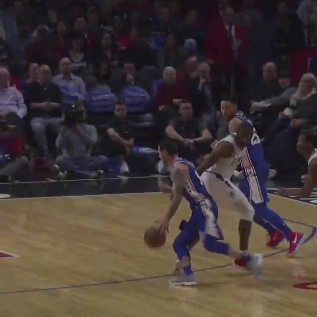 Putting on a show... @BenSimmons25 throws it down 7 times in LA! https://t.co/bkSSyWnOn7