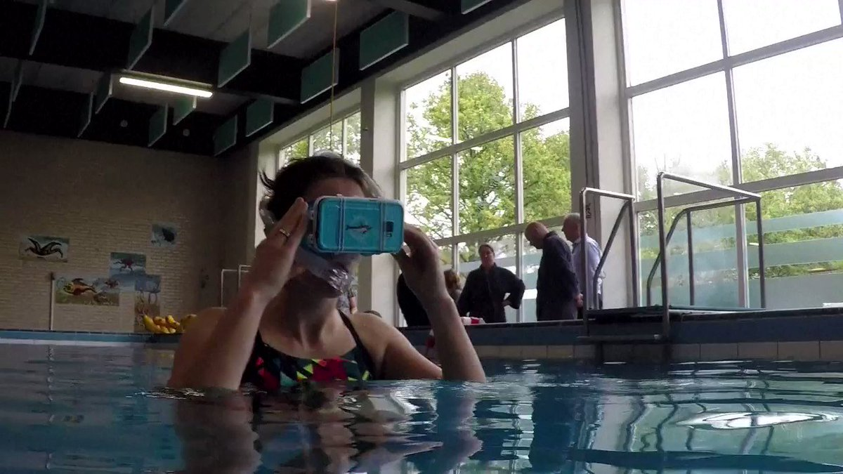 Nager avec des dauphins virtuels, une thérapie bien réelle aux Pays-Bas #AFP par @Sophie_Mignon