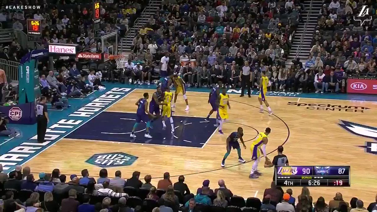 A little give-and-go from Julius and JC turns into a two-handed slam #LakeShow (��: @SpectrumSN & @spectdeportes) https://t.co/aklfPghKnH