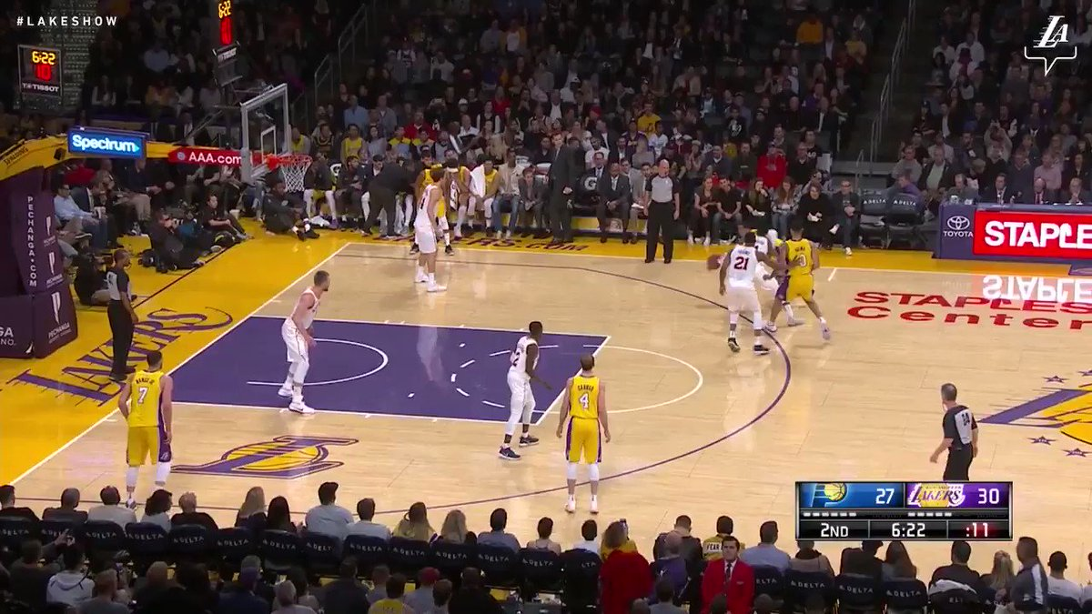 Alex Caruso rises up and throws down the hammer! #LakeShow (��: @SpectrumSN, @spectdeportes) https://t.co/vDFIVEzktx