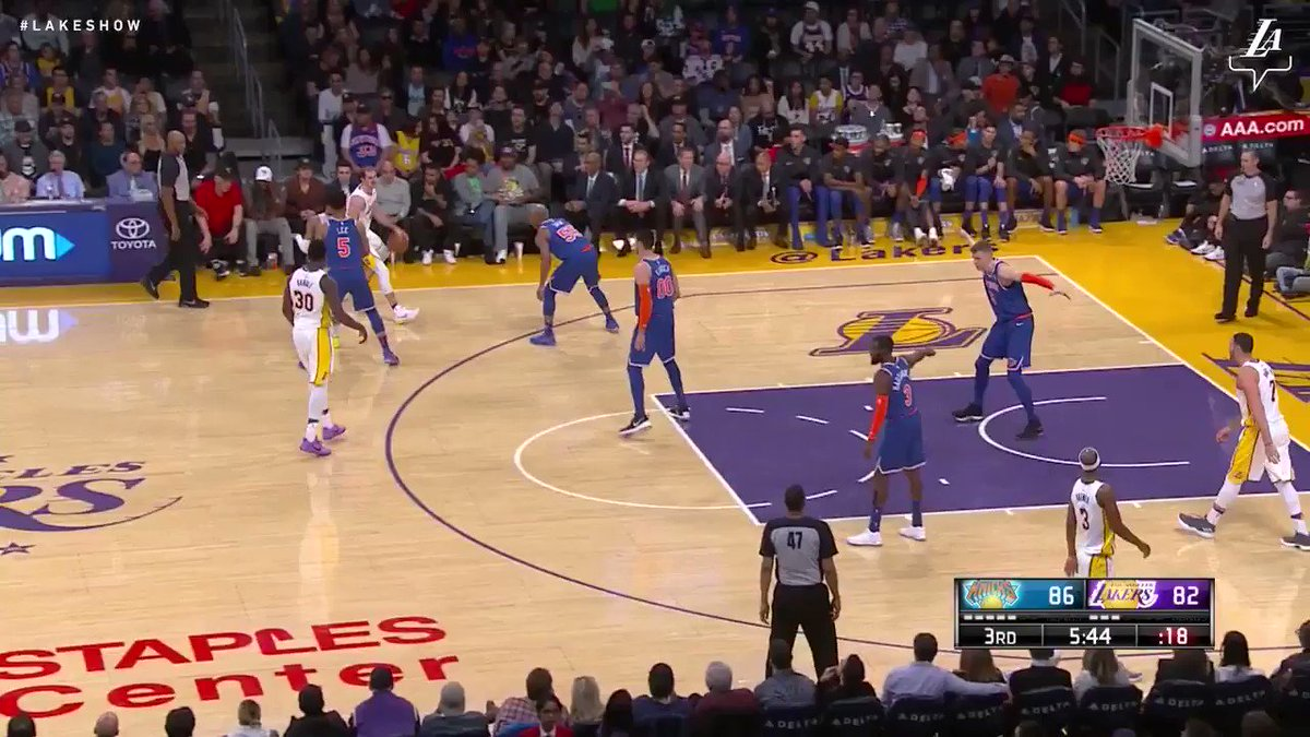 Caruso finds Randle rolling to the rim for a dunk #LakeShow (��: @SpectrumSN & @spectdeportes) https://t.co/ai6pS1QADu