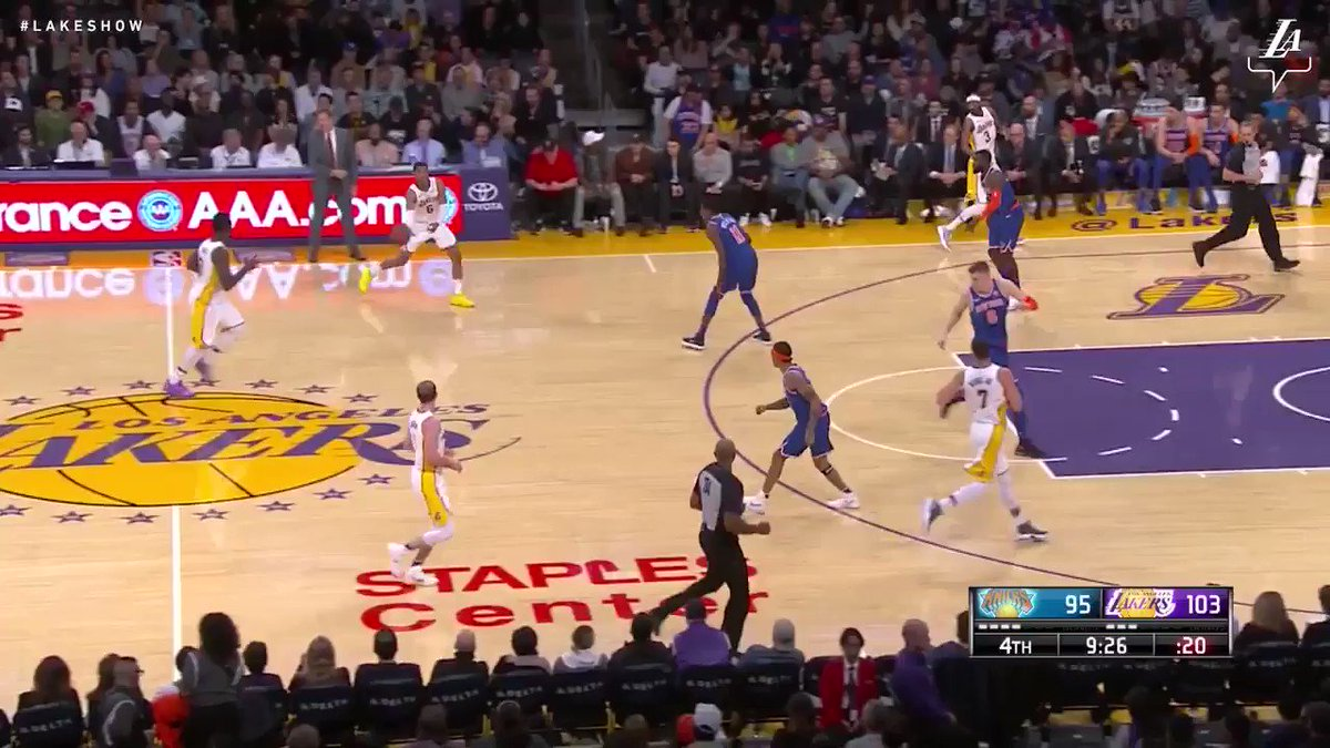 Larry flies in for a big two-handed slam #LakeShow (��: @SpectrumSN & @spectdeportes) https://t.co/hT6CbZ15Be