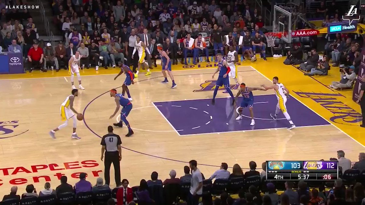 Julius Randle slams it down one more time #LakeShow (��: @SpectrumSN & @spectdeportes) https://t.co/NwJyfIOfxw