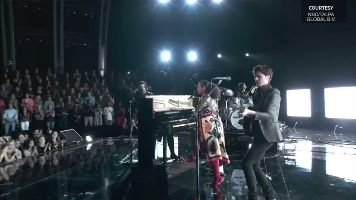Alicia Keys surprised the audience of 'The Voice' with a duet with British rock star James Bay https://t.co/0TiE7E2Q0h