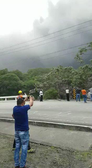 Momento en que un lahar desciende del #VolcánDeFuego y destruye parcialmente un puente en la carretera RN14 Sacatepéquez- Escuintla. https://t.co/XI94DAcAzc