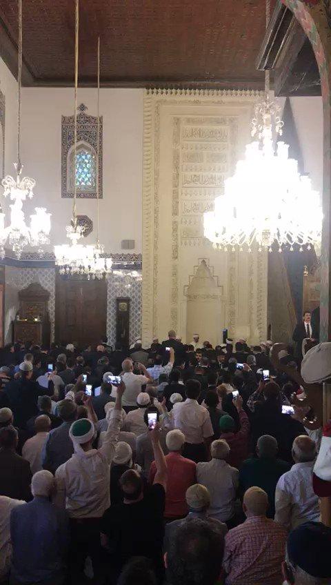 Başkan Erdoğan, cuma namazı için gittiği Hacı Bayram Camii'nde Bakara Suresi'nin ilk ayetlerini okudu... https://t.co/Zb90ErfUou
