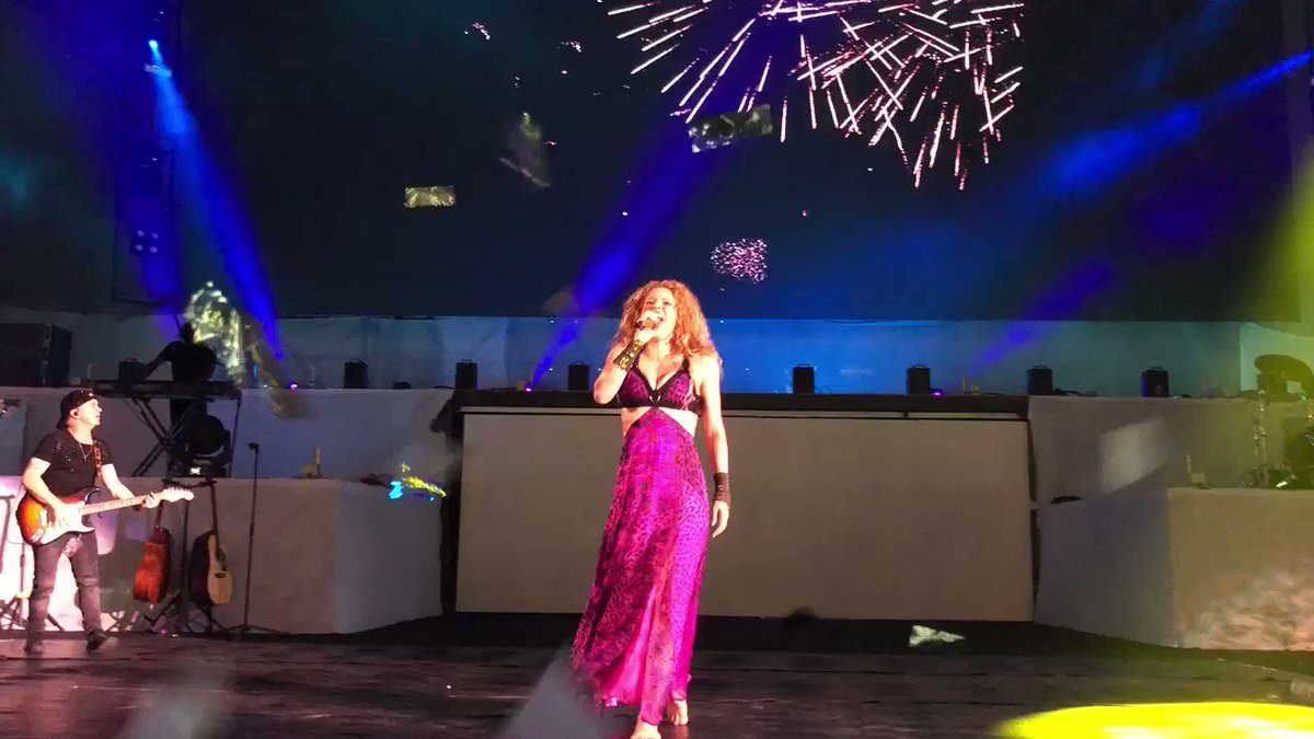 Que emoción cantar en curramba!! Fuegos de colores en el cielo y en el corazón!!!! Shak https://t.co/1tUBCZzeQ1
