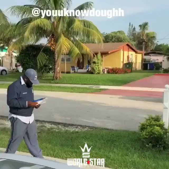 "RT @WORLDSTAR: Postman was gettin it to that Lil Duval ""Smile"" ???????????? @YouUKnowDoughh @LilDuval https://t.co/KKWEktHeU2"