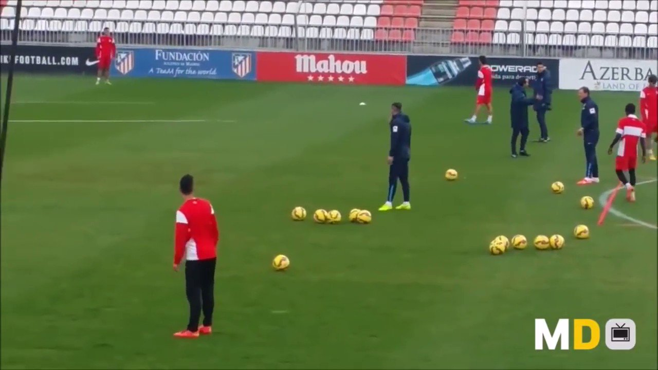 Diego Simeone working with Atletico on defensive clearances under pressure.... So many goals are scored from second wave attacks. This allows you to regain shape and push your defensive line up. Simple but so effective. https://t.co/GagRX5uz9d