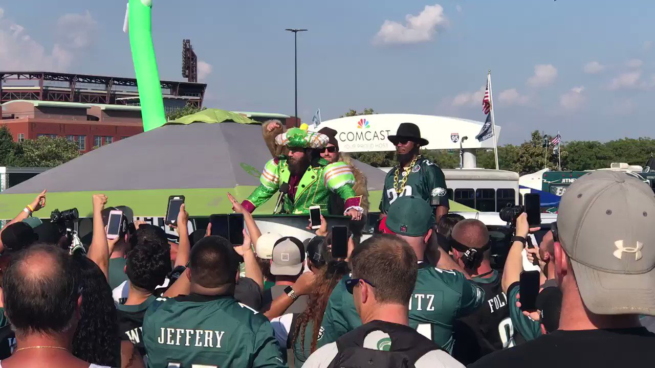 🗣 ITS THE WHOLE TEAM   There's really a guy out here performing the entire Jason Kelce speech at the tailgate. (@4thandJawn) https://t.co/v9F4ebxoUV