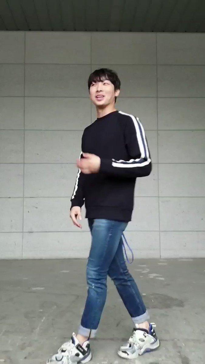배우님 쿄신형 팬분들께도 안뇽안뇽👐👐 쿄신형 팬분들이 배우님 보구서 환호성 질러주심ㅋㅋㅋㅋㅋㅋ  #박강현 #웃는남자 퇴근길