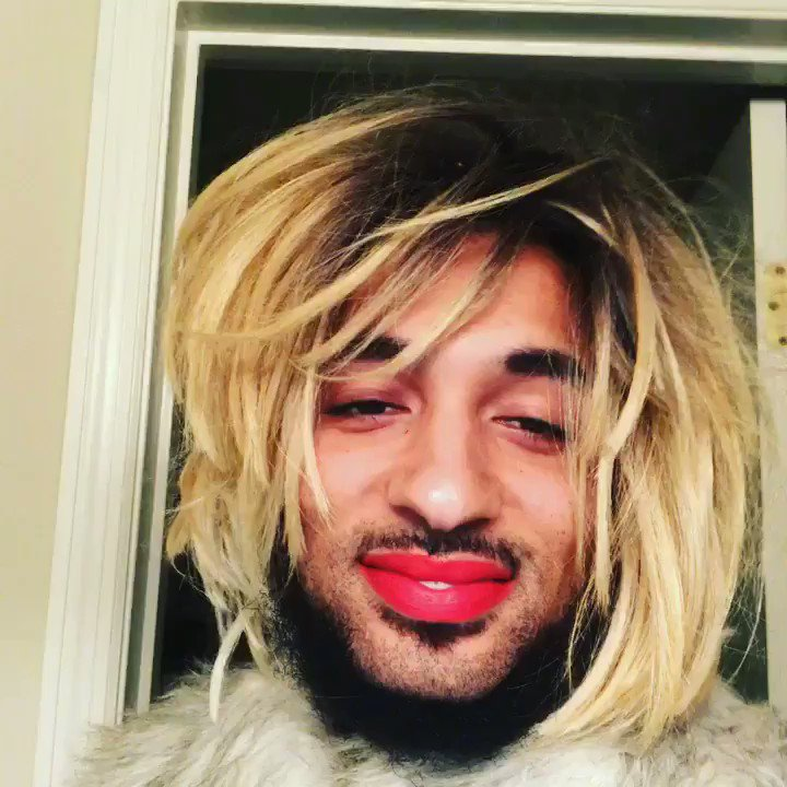 RT @joanneprada: Nothing like a Sunday, or a red lip. https://t.co/a2NxbBfkFH