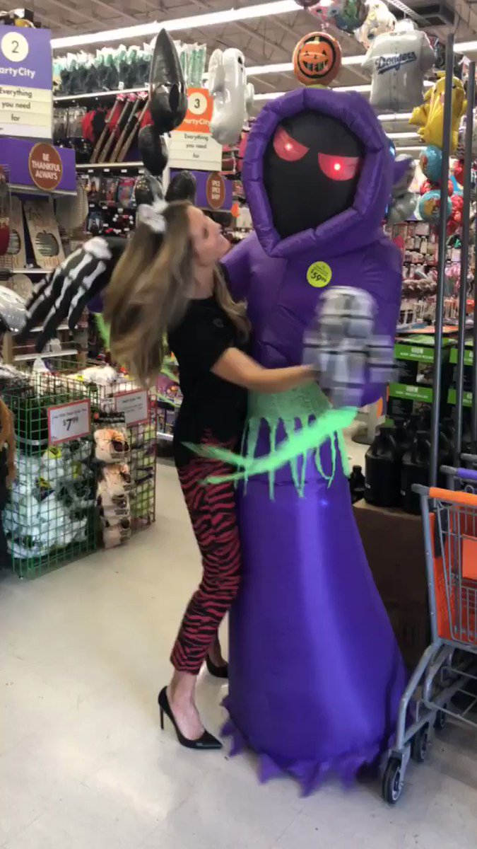 It's almost time for Halloween!!! Are you ready?! @PartyCity ???????????? #HeidiHalloween https://t.co/D3RzIoXVpe