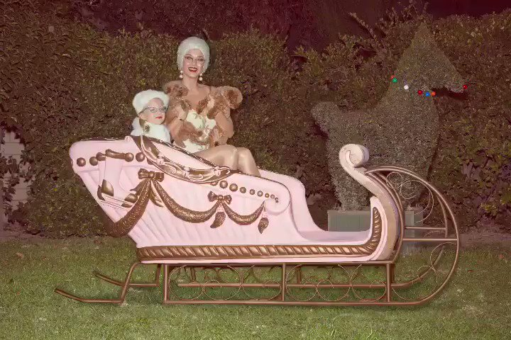 SLEIGH-ing all the way into a #CozyLittleChristmas ????????????????  https://t.co/9Mi0Ej1ula  ????: Nadia Lee Cohen https://t.co/rc23Upt1ol