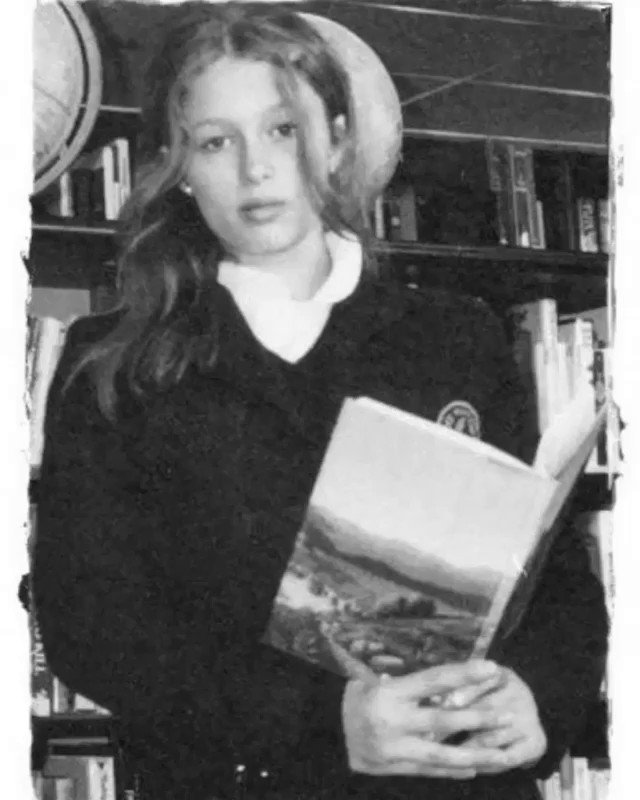 Back in 6th grade at @TheBuckleySchool Library studying how to be a #GirlBoss. ????????♀️???? #TeenParis #TBT https://t.co/HpUZWQGgLr