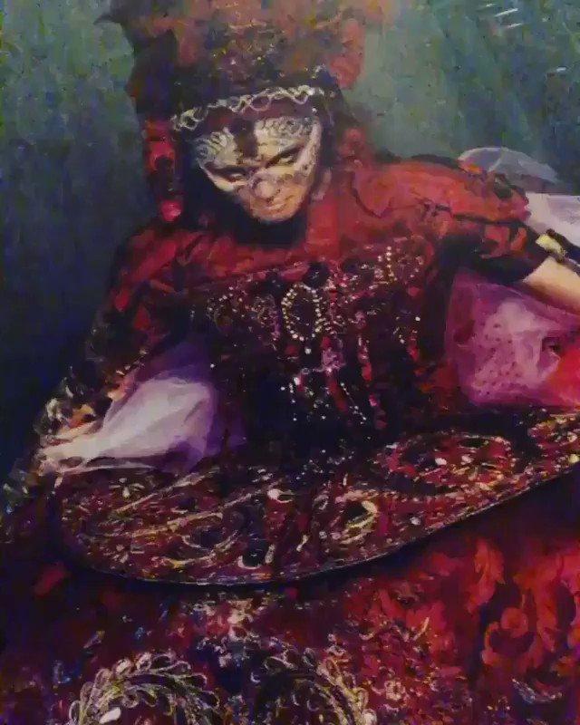 Finally to sleep under The Baroque Queen.................???????????????? #stevenkleinstudio https://t.co/prxclD7n7a