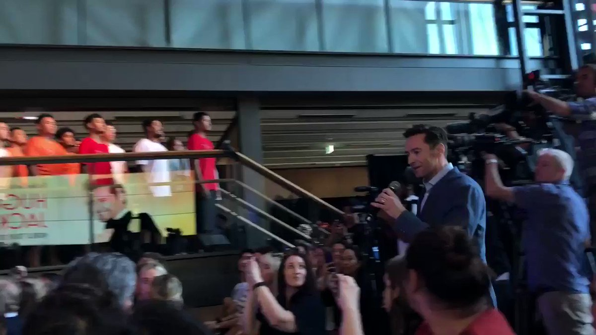 RT @AUTuni: Aaaaand our special guest is the one and only @RealHughJackman  ???? ^AI https://t.co/tUI9NbbUJN
