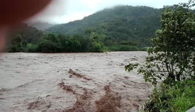 Selva Central No hay pase a Oxapampa río arrasó con carretera a la altura de Puente Capelo (río Paucartambo - Chanchamayo) @PeruNews @hurgamemoriaPE @saldelsol @WGutierrezPE @jfowks @nellylun @JulianaOxenford @exitosape @canalN_ @martinhidalgo @socioperiodismo @lamula @padelriol https://t.co/Ui8AR3md96