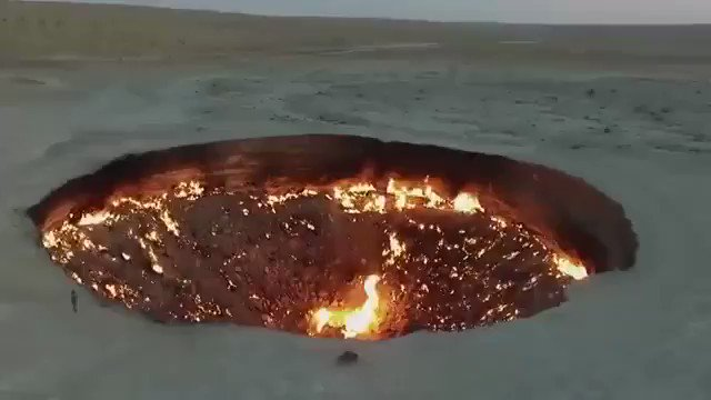 El pozo de Darvaza se halló por accidente en 1971 durante unas obras de prospección de gas en Turkmenistán. Geólogos soviéticos descubrieron una cueva subterránea llena de gas natural y, por temor a gases peligrosos, le prendieron fuego. Arde desde hace casi 50 años #geologia https://t.co/FUDMrHI6rr