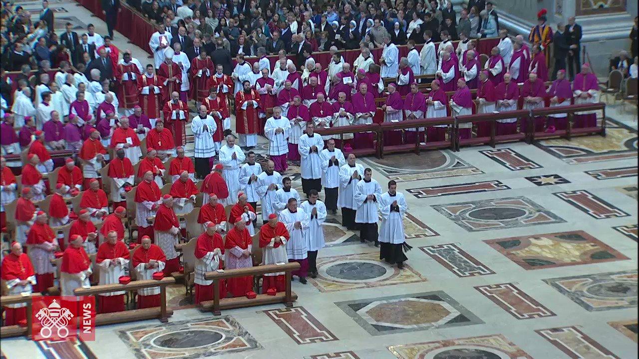Le immagini della Celebrazione della Passione del Signore in San Pietro e le parole di padre Raniero #Cantalamessa. Guarda il video... #VenerdìSanto #PapaFrancesco https://t.co/MhHzpiLaum