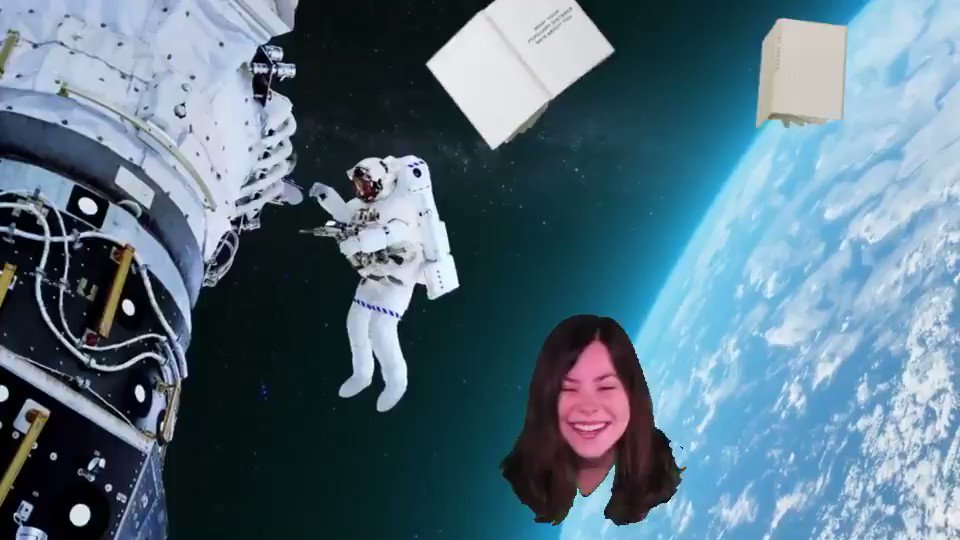 Holy shit, visited Warby Parker and it had a green room. So here's my 420 contribution: my wife's disembodied head floating high in space. 🚀 #WarbyGreenRoom #Happy420 @CourtClaycomb https://t.co/yME3csyc5J