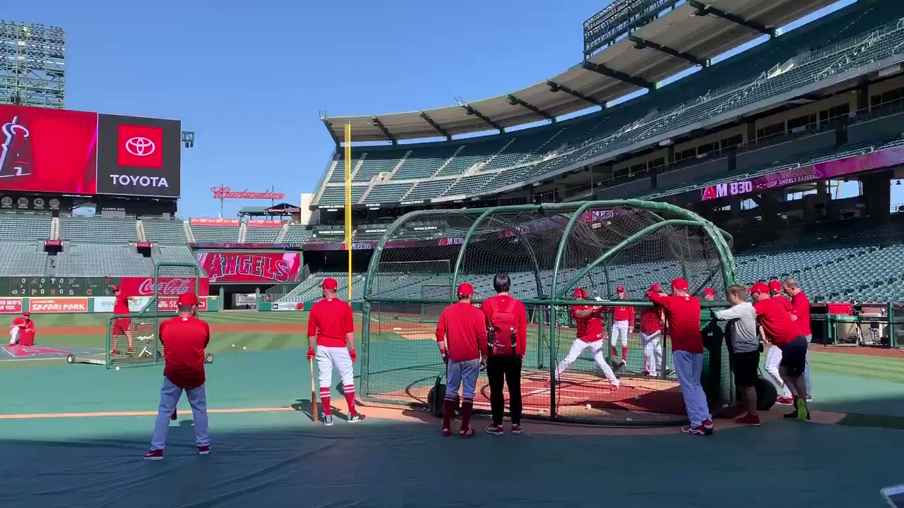 This is Shohei Ohtani wrapping up a round of BP: https://t.co/jCY9d0EIXU