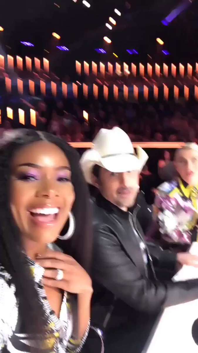 Entertaining ourselves during commercial break. Say hi to our guest judge @BradPaisley ! #agt https://t.co/W2sM4fsaGD