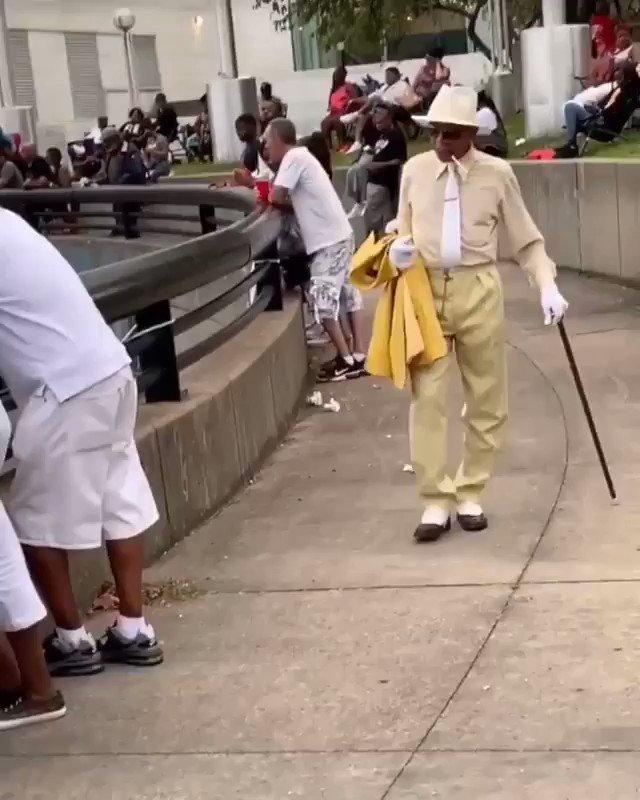 How Vince Carter walking into Hawks training camp https://t.co/b2ABFa6RLM