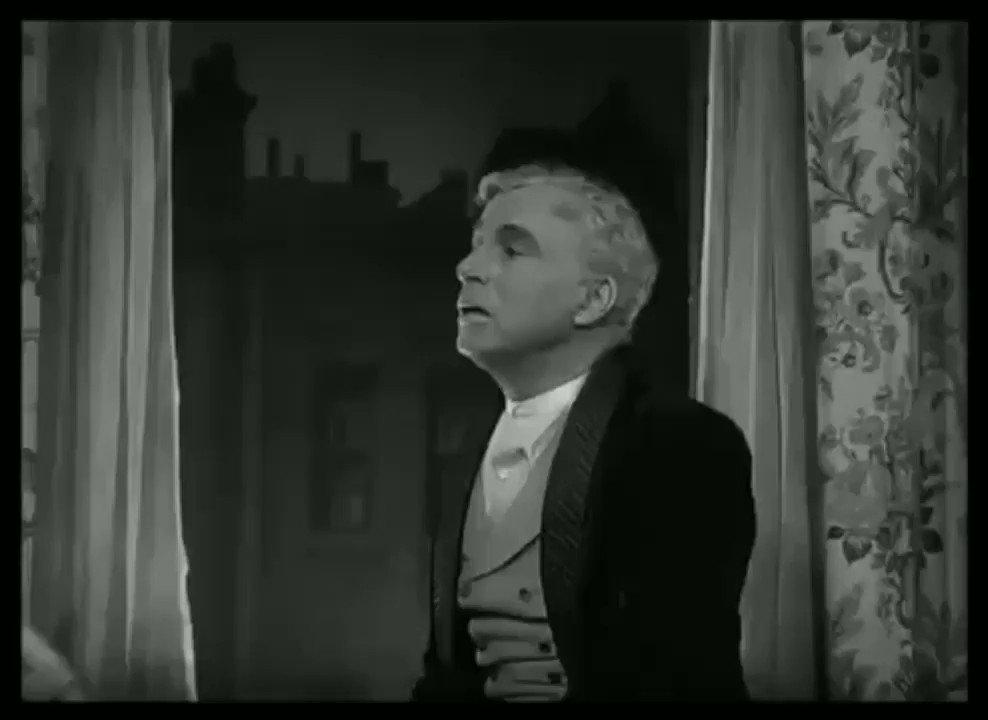 """""""Me pasé la vida aprendiendo a sentir menos. Cada día sentía menos. ¿Eso es madurar? ¿O es algo peor? Uno no puede protegerse de la tristeza sin protegerse al mismo tiempo de la felicidad"""". Jonathan Safran Foer 🎥""""Candilejas"""", Charles Chaplin"""