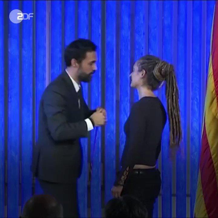 Die deutsche #SeaWatch-Kapitänin Carola #Rackete hat die Ehrenmedaille des katalanischen Regionalparlaments erhalten. https://t.co/8Mh4P3zmU0