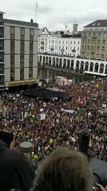 Hamburg, du machst uns sprachlos! 💚 Wir sind 100.000 Menschen, die heute gemeinsam für konsequente Klimapolitik auf die Straße gehen. Das ist ein klares Signal an das #Klimakabinett: Was ihr vorhabt, reicht lange nicht aus! 🌍 #FridaysForFuture #AlleFuersKlima https://t.co/Xb84vfkAJm