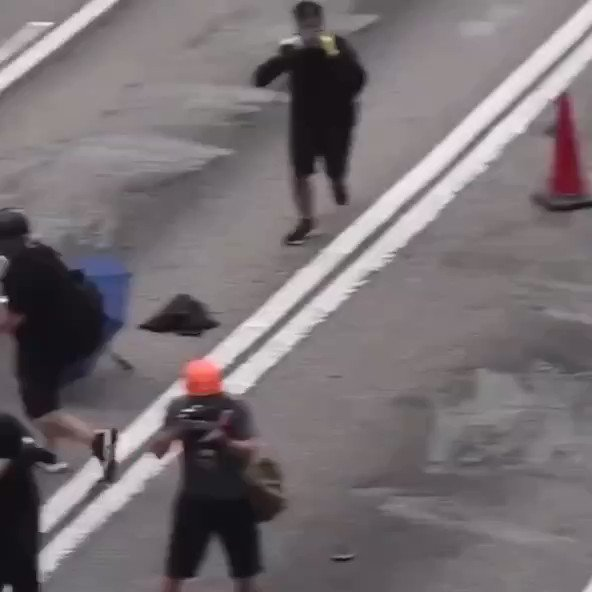 Wts the purpose of kept on attacking the protester's head instead of  arm/feet since he was caught already? Can't agree police are still following guideline during operation. I tell u, carrie lam, that's why 6th demand rises up #disbandHKPolice #hkpolicebrutality #hkprotest https://t.co/DnRLSI8S7c