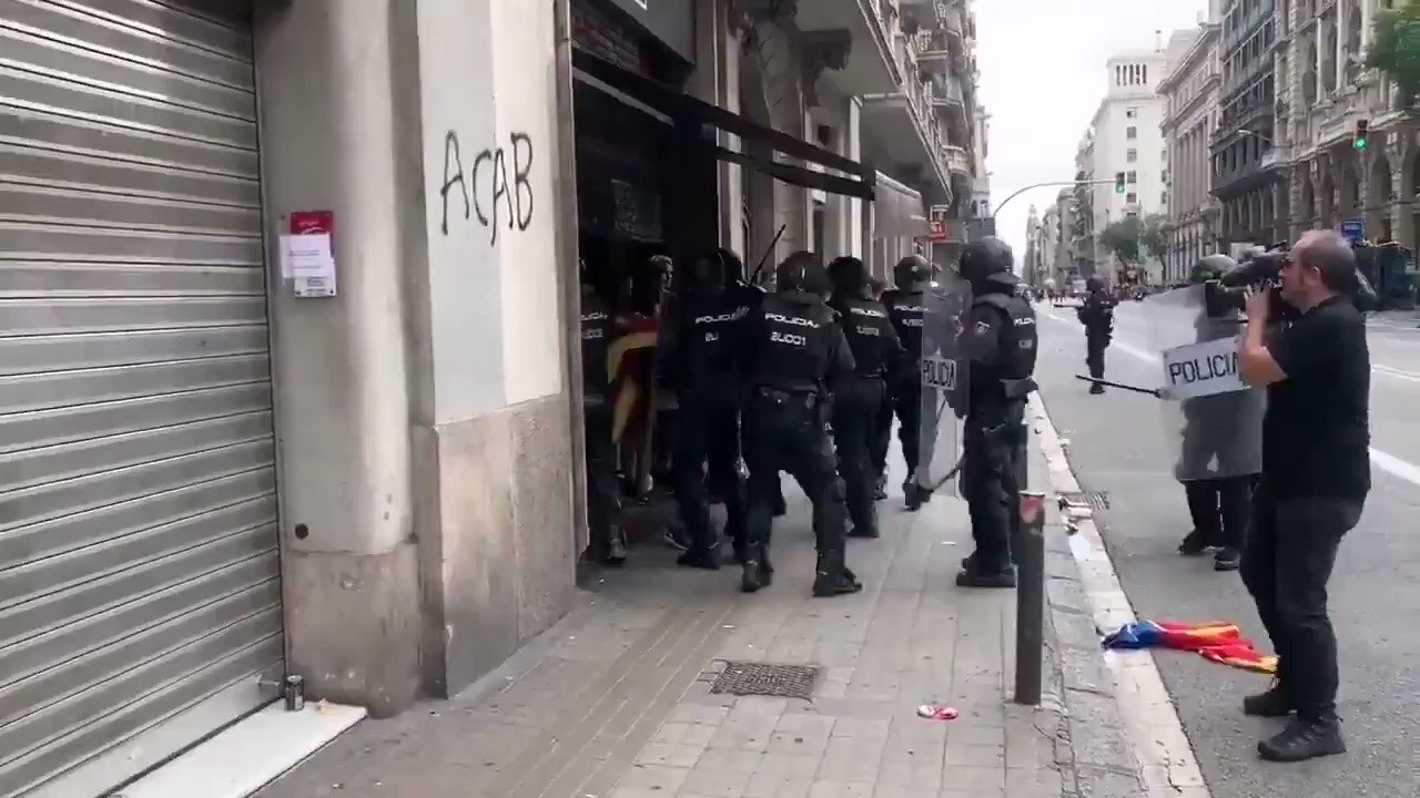 ◼️◻️ The Spanish 🇪🇸 State police pulling Catalan pro-independence protesters aside randomly and beating them mercilessly.  The Spanish repression is out of control.  #StandUpForCatalonia https://t.co/7YhRXMyvjO