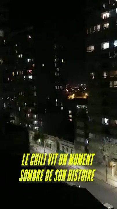 Moment magique dans un #Chili sous dictature. Depuis sa fenêtre une femme chante une chanson lyrique en guise de résistance. Sa voix se propage dans tout le quartier. D'une certaine manière elle couvre le silence morbide imposé par le couvre feu. #ChileEnResistencia 1/2